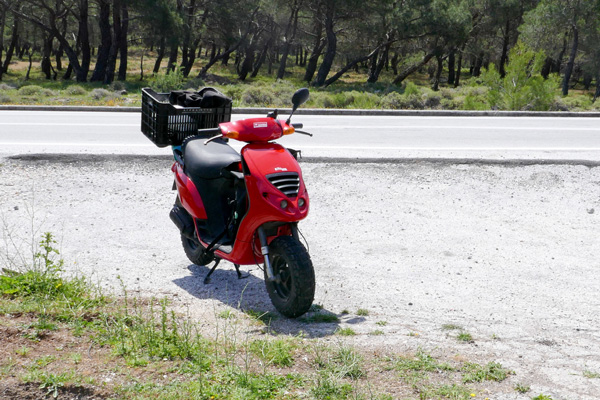 Moped mit Obstkiste - so faehrt Lesbos